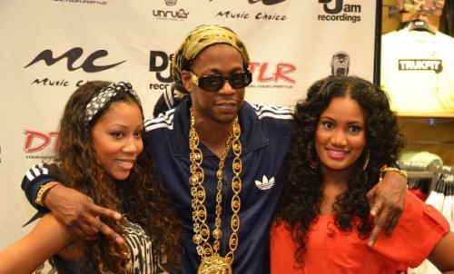 2 chainz signing 500x302