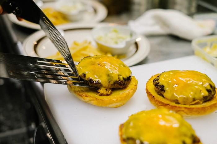hypebeasts-eats-pharrell-burger-12-700x466