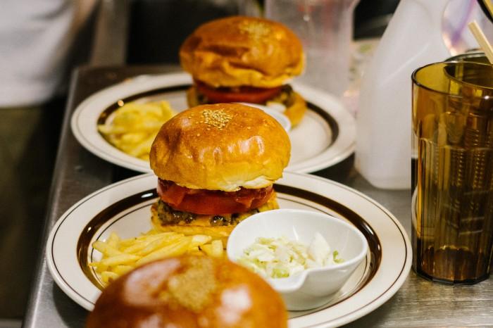 hypebeasts-eats-pharrell-burger-16-700x466