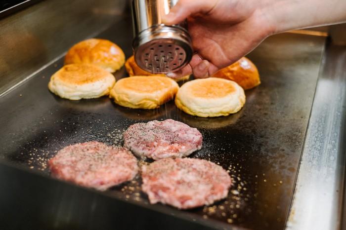 hypebeasts-eats-pharrell-burger-6-700x466