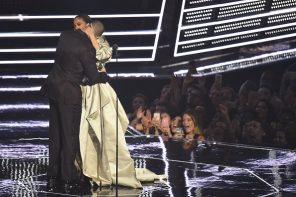 Drake Presents Rihanna with Video Vanguard Award at 2016 MTV VMAs (Video)