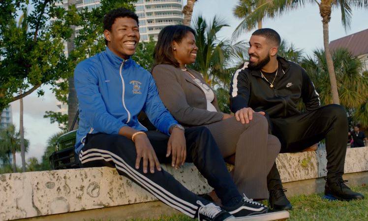 Rapper Drake hands out cash as important message